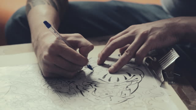 stockvideo's en b-roll-footage met meester van de tatoeage tekening proces - tatoeage