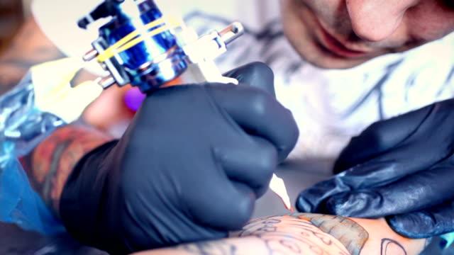 tattoo-workshop. - in bodenhöhe stock-videos und b-roll-filmmaterial