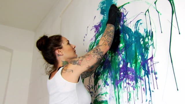 stockvideo's en b-roll-footage met tattooed artist - la - schilderijen
