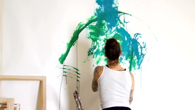 stockvideo's en b-roll-footage met tattooed female artist painting ms - schilderijen
