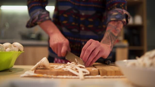 stockvideo's en b-roll-footage met getatoeëerde moderne man en zijn hakken vaardigheden - paddenstoel