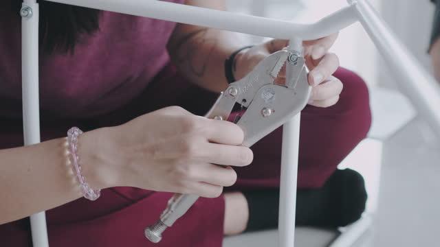 vídeos y material grabado en eventos de stock de mujer tatuada tuerca de fijación y perno en la silla diy - silla