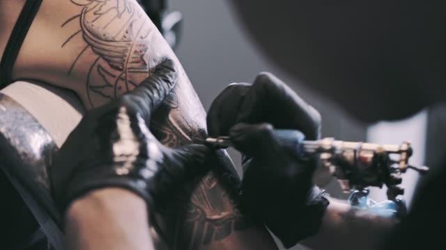 tatuering en axel - tatuering bildbanksvideor och videomaterial från bakom kulisserna