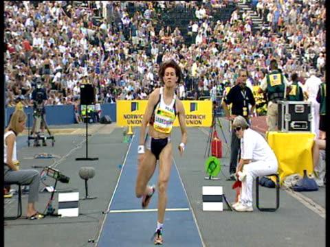 tatyana lebedeva competing in women's triple jump crystal palace grand prix 2003 london - lanci e salti femminile video stock e b–roll