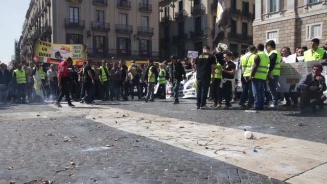 tavi drivers protest in the center of barcelona on march 16, 2017 against competition from rival transport companies uber and cabify . - fußballweltmeisterschaft 2010 stock-videos und b-roll-filmmaterial