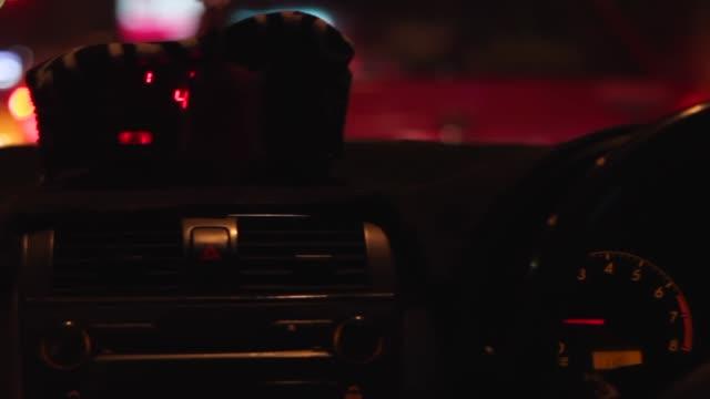 夜のタクシー - イエローキャブ点の映像素材/bロール