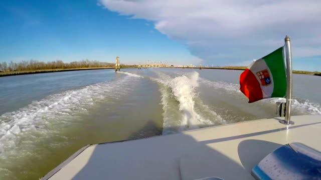 taxi boat nella laguna veneziana - taxi video stock e b–roll