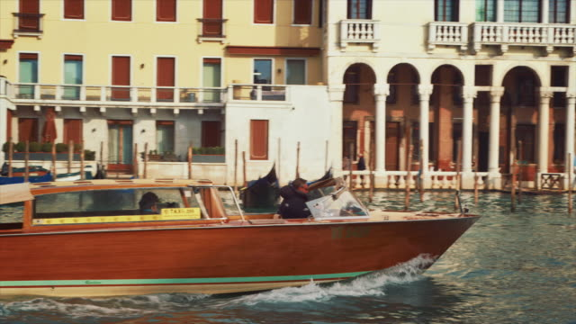 ms - taxi boat on the grand canal, boats passing by - traghetto video stock e b–roll