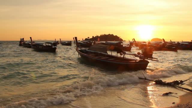 vídeos de stock, filmes e b-roll de táxi barcos na praia. - vista do mar