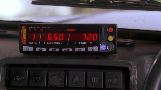 ws taxi cab meter clicking higher - 計測器点の映像素材/bロール