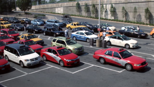 vidéos et rushes de taxi cabs queue up and wait for passengers outside ronald reagan national airport may 27 2016 in arlington va according to aaa 'more than 38 million... - aéroport ronald reagan