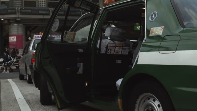 stockvideo's en b-roll-footage met ms taxi doors being automatically opened and closed, tokyo, japan - taxi