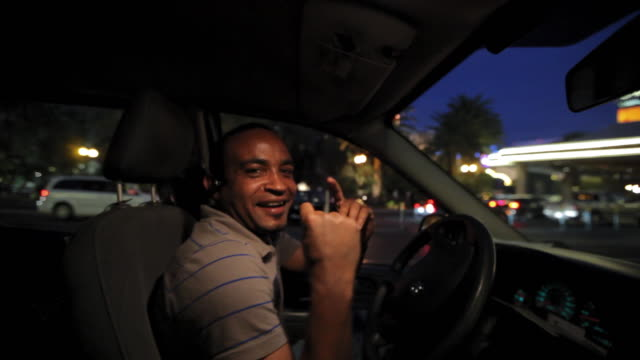 vidéos et rushes de a taxi driver dances to the beat  of his radio on the strip in las vegas. - siège de véhicule