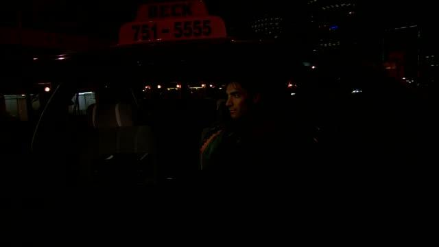 vídeos y material grabado en eventos de stock de a taxi driver drives along dark city streets. - taxista