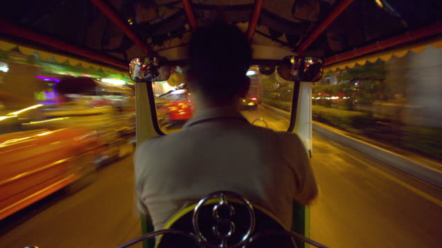 t/l ms pov taxi driver driving tuk tuk at night, bangkok, ayuthaya, thailand - jinrikisha stock-videos und b-roll-filmmaterial