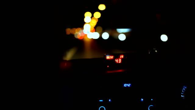 vidéos et rushes de taxi driver intérieur avec pare-brise et compteur sur siège avant. - taxi