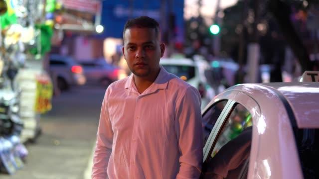 vídeos y material grabado en eventos de stock de retrato de conductor de taxi - taxista