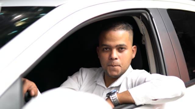 vídeos y material grabado en eventos de stock de taxi driver pulgares arriba / satisfacción - taxista