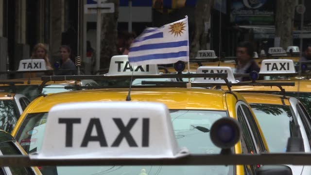 vídeos de stock, filmes e b-roll de taxi drivers blocked a central street in montevideo on friday to prevent ride sharing service uber from training new drivers as it seeks to roll out... - montevidéu