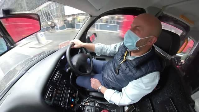 vídeos y material grabado en eventos de stock de taxi drivers go to court over road closures; england: london: int taxi howard taylor interview sot. - taxista