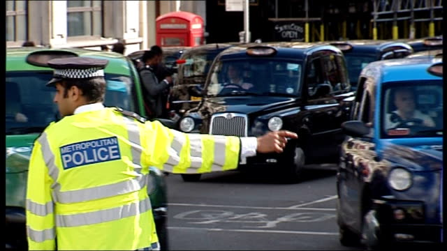 vídeos de stock e filmes b-roll de taxi drivers protest in central london over illegal minicabs england london ext **sound of car horns heard throughout sot** taxi cabs blocking street... - dirigir