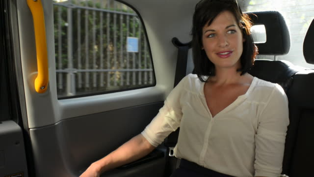 stockvideo's en b-roll-footage met taxi girl - achterbank