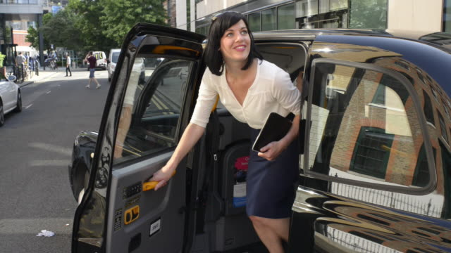 stockvideo's en b-roll-footage met taxi girl - uitstappen