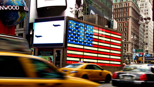 stockvideo's en b-roll-footage met taxi gaat snel in times square - gele taxi