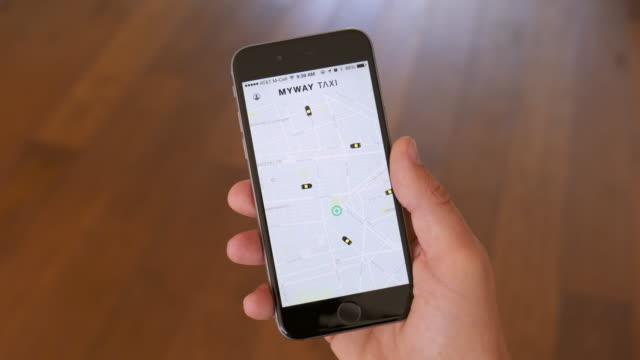 vídeos de stock, filmes e b-roll de táxi de saudação & reserva app - táxi