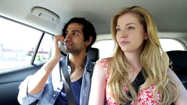 vidéos et rushes de en taxi - siège arrière de passager