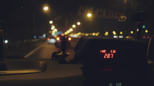 vidéos et rushes de affichage de compteur de taxi dans la cabine de taxi - signalisation