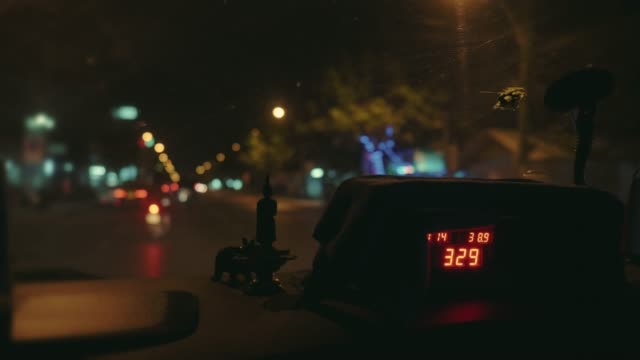 stockvideo's en b-roll-footage met taxi meter display in taxi cabine - yellow taxi