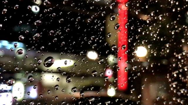 Taxirit op een regenachtige avond in Tokio, Japan