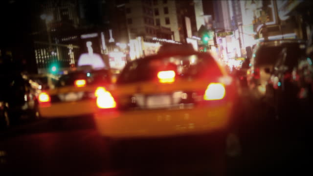 vidéos et rushes de taxi à new york city à times square - yellow taxi