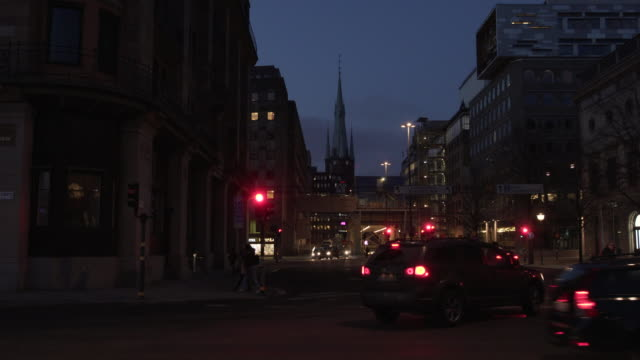 stockvideo's en b-roll-footage met taxi, traffic, busy daily life in central stockholm in the evening, night - taxi