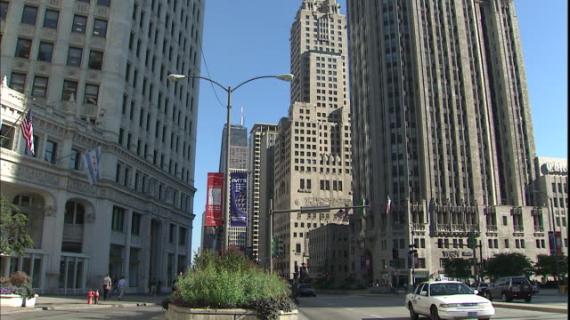 a taxi waits at an intersection near tribune tower on michigan avenue in chicago, illinois. - tribune tower stock-videos und b-roll-filmmaterial