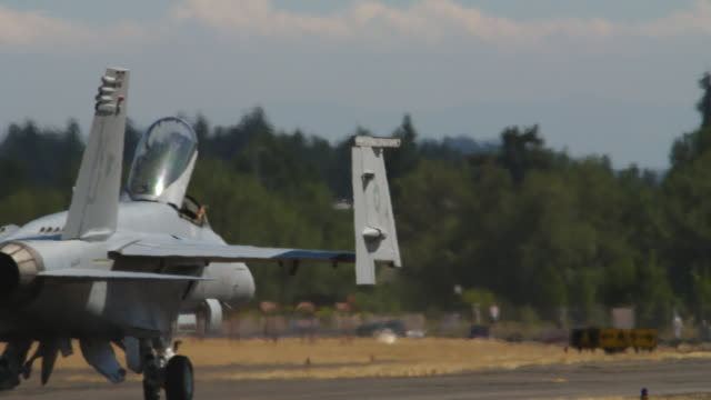 vídeos de stock e filmes b-roll de f-18 taxiing away, patriots jets crossing in rear - alfalto