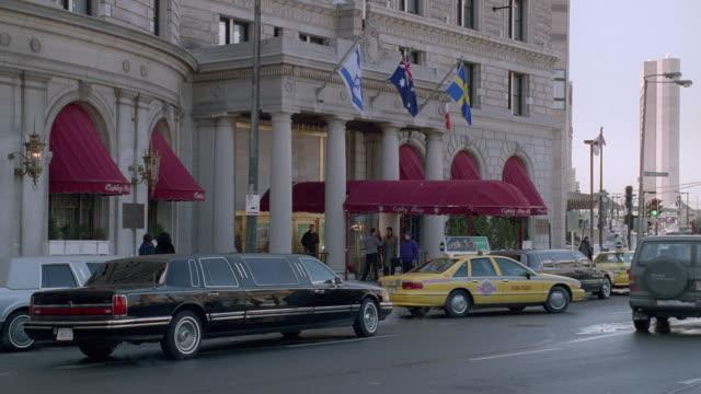 vídeos de stock, filmes e b-roll de taxis and limousines stop before the fairmont copley plaza hotel in boston. - limousine