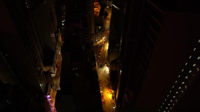vidéos et rushes de taxis at night from above - île de hong kong