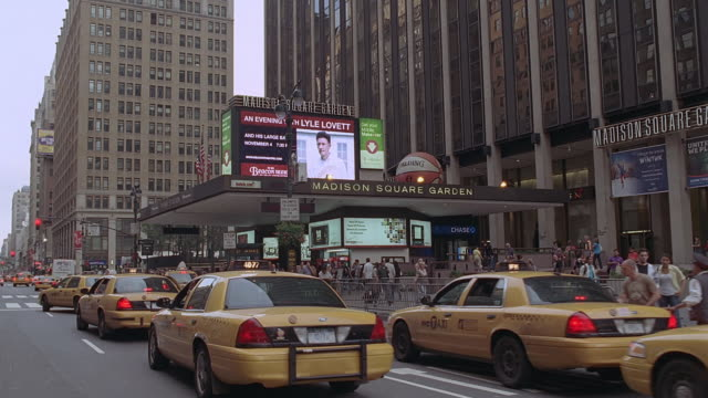 vídeos de stock e filmes b-roll de pov taxis driving by madison square garden / new york city, new york, united states - madison square garden