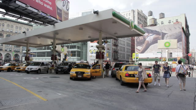 ms t/l taxis filling up gas at station in manhattan / new york, united states - ガソリンスタンド点の映像素材/bロール