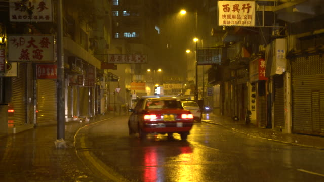 vídeos de stock, filmes e b-roll de taxis in hong kong at night - lanterna traseira