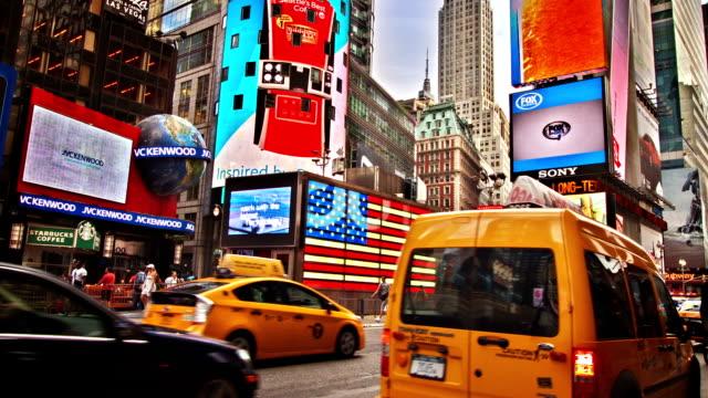 vídeos y material grabado en eventos de stock de taxis en 7th avenue en times square - 7th avenue