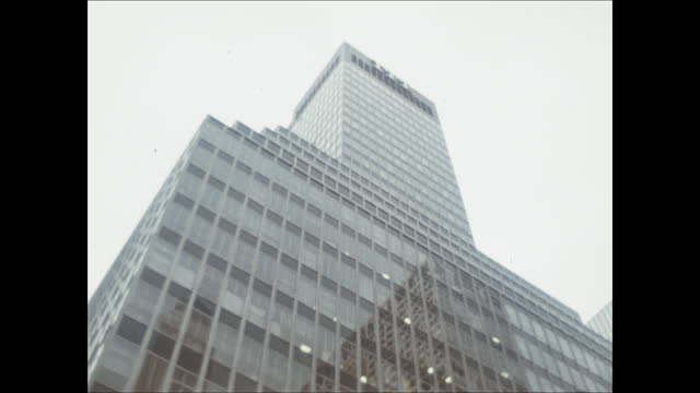 taxis pass by and camera pans up front of tall building in new york. - cooking pan stock videos & royalty-free footage