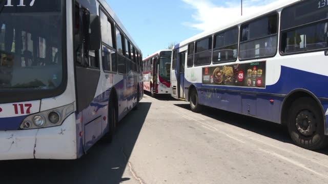 taxis y autobuses realizan una huelga de 24 horas en montevideo en solidaridad con una de las cooperativas de transporte capitalino que despues de... - transporte stock videos & royalty-free footage