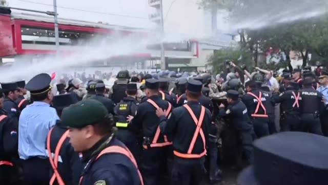 taxistas y agentes antimotines se enfrentaron el martes en asuncion durante una protesta contra las aplicaciones de trasnporte uber y muv - sindicatos stock videos & royalty-free footage
