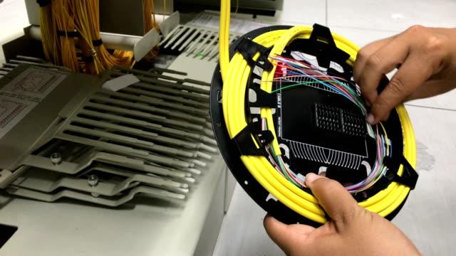 vídeos de stock, filmes e b-roll de fibra óptica de tay - instalando