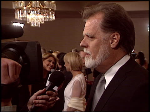 vídeos de stock e filmes b-roll de taylor hackford at the 2005 dga director's guild of america awards at the beverly hilton in beverly hills california on january 29 2005 - director's guild of america
