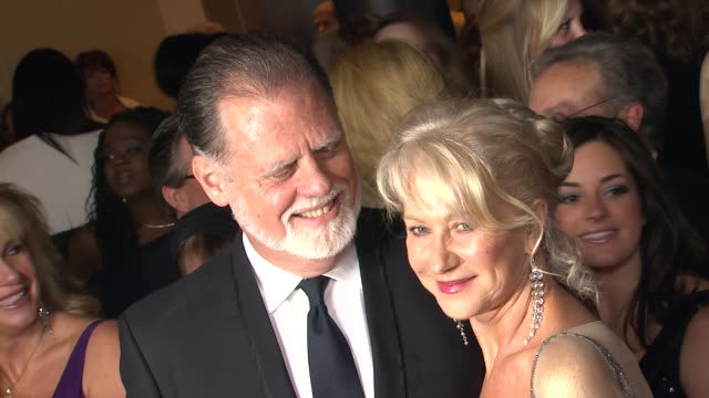 vídeos de stock, filmes e b-roll de taylor hackford dame helen mirren at 64th annual dga awards arrivals on 1/28/12 in los angeles ca - director's guild of america