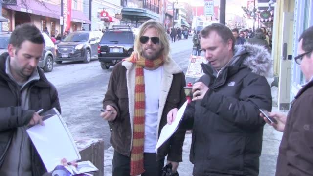 vidéos et rushes de taylor hawkins signs autographs on main street celebrity sightings in park city on 1/19/13 in park city utah - autographe